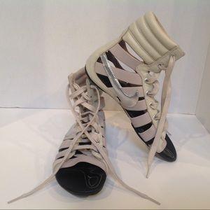 Nike gladiator sandals SZ  7 beige w Silver swoosh